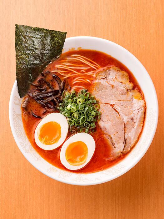 沖繩店限定的辛辣豚骨拉麵。辣味與豚骨湯的配搭堪稱一絕!