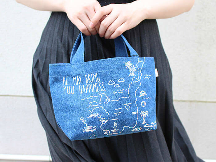 The lunch tote bag with a design of a map of Ishigaki Island is both highly practical and recommended as a souvenir.