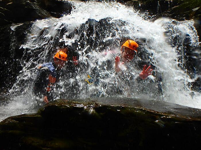 在第一座瀑布,以森林清澈的水沖洗頭部,享受沐浴的舒適感。
