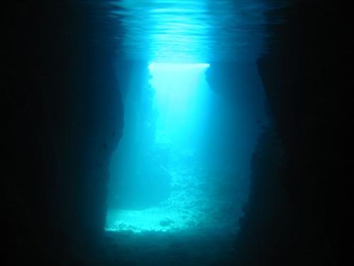 由光線所照映的藍光與洞窟內部的暗形成強烈的美麗對比