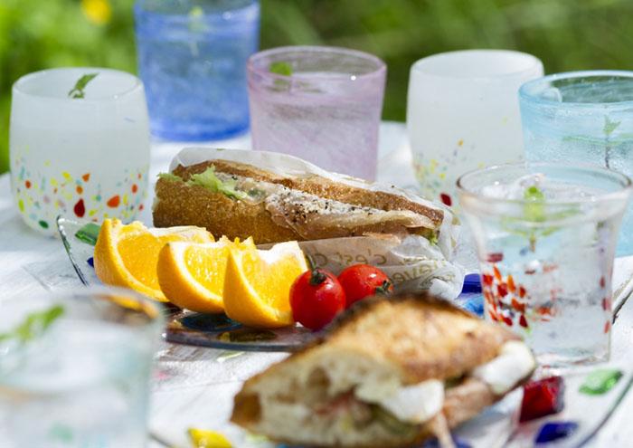 使用喜歡的器皿享受歡樂的午餐,在庭院裡悠閒的時光與優雅的器皿搭配剛剛好。