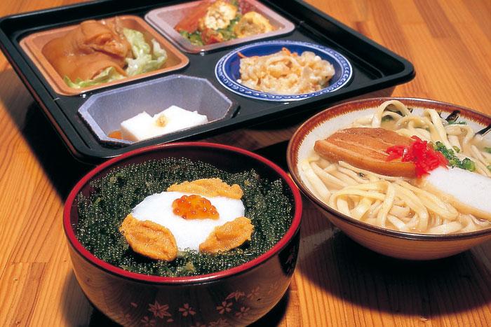 """享受海葡萄和沖繩麵的雙方快感""""海葡萄套餐"""""""