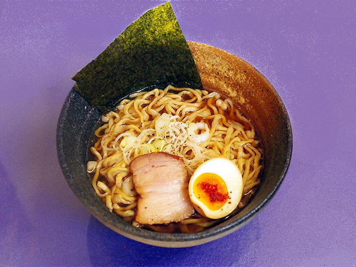 以沖繩縣產的食材熬製而成的湯頭,搭配九州小麥自製的麵條,融合成竹蘭引以為傲的一碗拉麵。