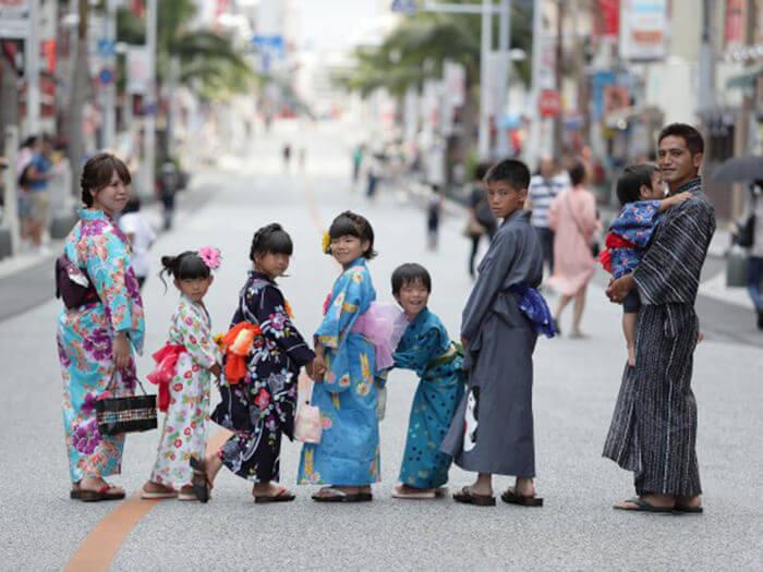 全家一同換上浴衣或和服,開開心心逛大街,融入沖繩各大觀光勝地。