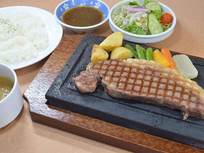 期間限定牛排。經熟成後,肉質柔軟易食用。