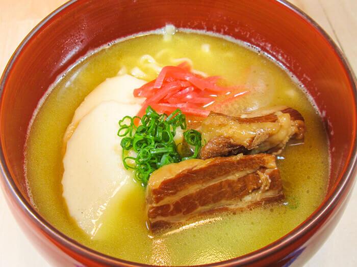 白湯頭的沖繩蕎麥麵深受喜愛