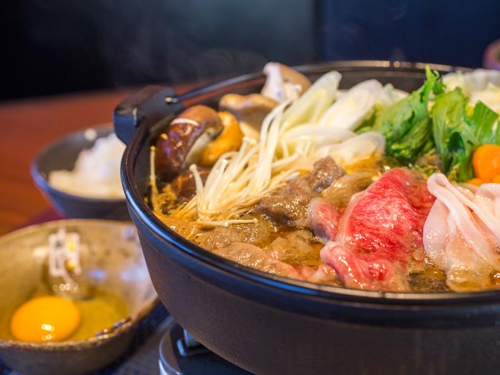 使用尾巴等食材所熬煮的美味湯頭「壽喜燒套餐 4,480日圓〜」