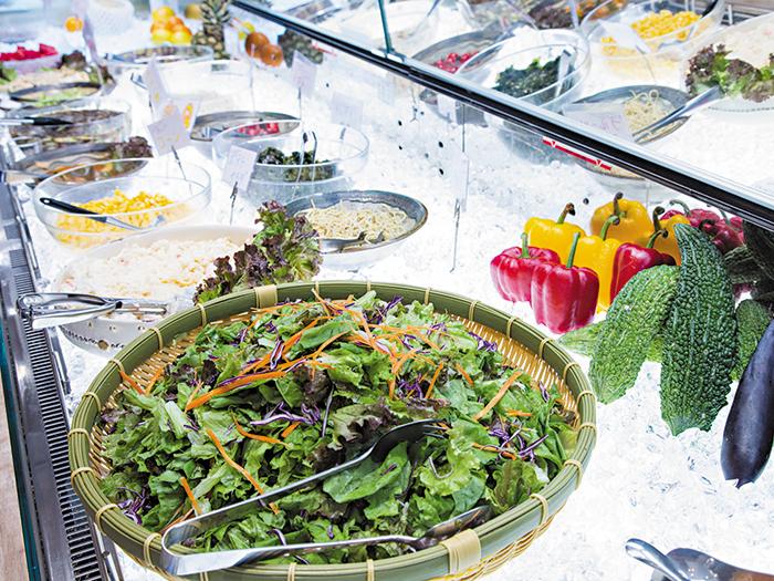 吃到飽的自助餐! 擺滿新鮮蔬菜的沙拉吧
