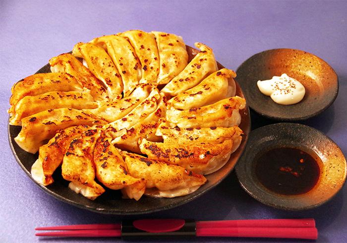 大量使用沖繩縣產的豬肉、飛魷、以及島上蔬菜所製成的煎餃。