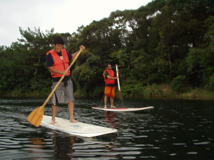 Hirabuni is stand up paddle surfing. It is a new sensation sport.