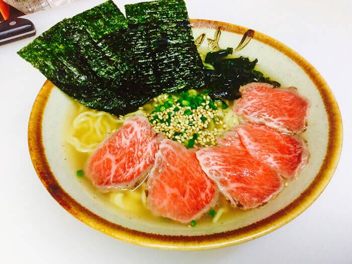 受歡迎的菜單。微烤和牛肉片拉麵 950日圓