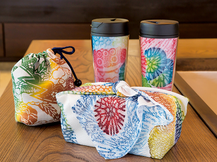 Makeup bags, as well as drawstring bags and wrapping cloths recommended for carrying with you if you are dressed in a kimono are also available.