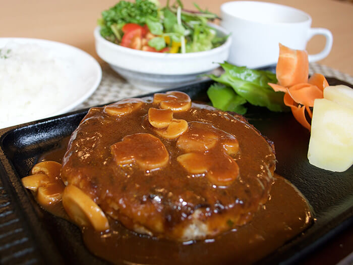 【Agu豬肉漢堡 150g 980日圓】 不惜成本使用Agu豬的漢堡排。富含肉汁的多汁漢堡排是大人小孩都喜歡的菜色。