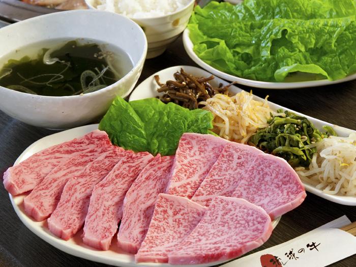 自選肉品加韓式拌菜及湯品,另附本日沙拉和白飯。 4,212日圓〜