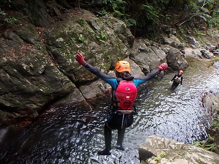 朝著瀑潭一躍而下!