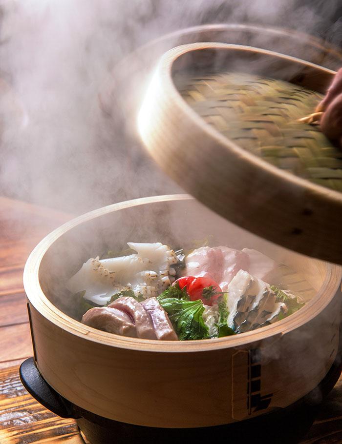 使用新鮮魚貨,蒸完的瞬間讓魚鬆軟又多汁
