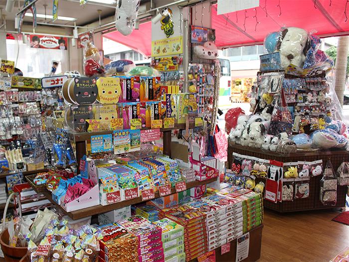 在寬敞的店內,從零食點心到日用商品,樣樣俱全。