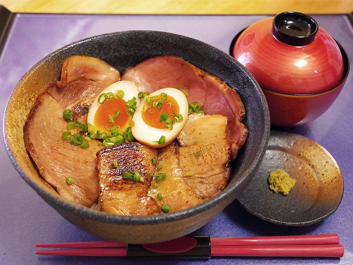 在白飯上面鋪上沖繩縣產島豚的叉燒肉,打造出這一碗島豚丼。