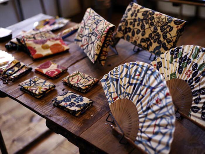 由Katachiki製作,造型時尚的紅型染色小物
