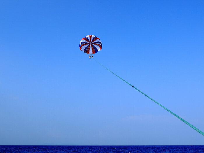 所需時間約1〜2小時。可趁著旅行空檔來趟天際之旅。從高空盡享沖繩優美的海景。繩長可以調節,無論初學者或老手都能樂在其中。