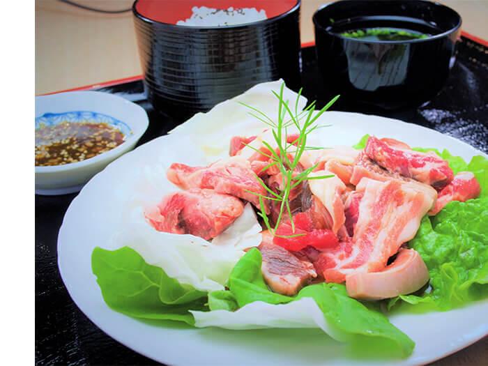 【和牛與Agu豬MIX烤肉午餐980日圓】 一次就能品嘗和牛與Agu豬,物美價廉的午間特餐。使用幾乎不生煙的特殊鐵板盛裝烤肉,可讓人開心享用。