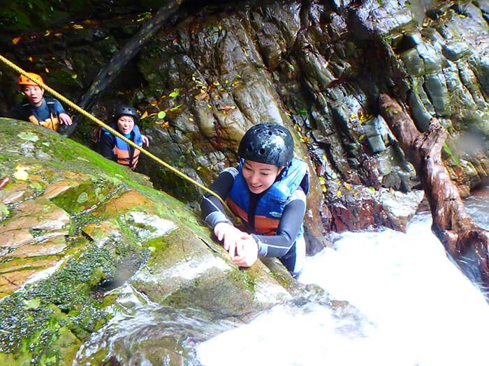 在第二座瀑布進行瀑布攀登