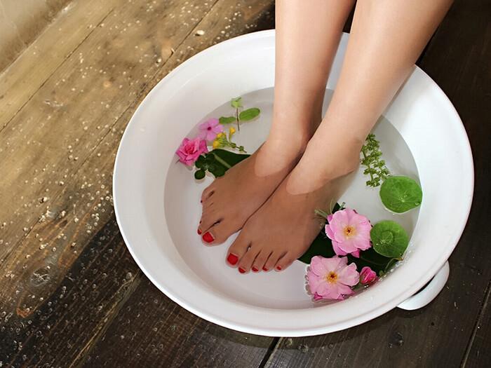 足浴中放的是真正的花朵和香草