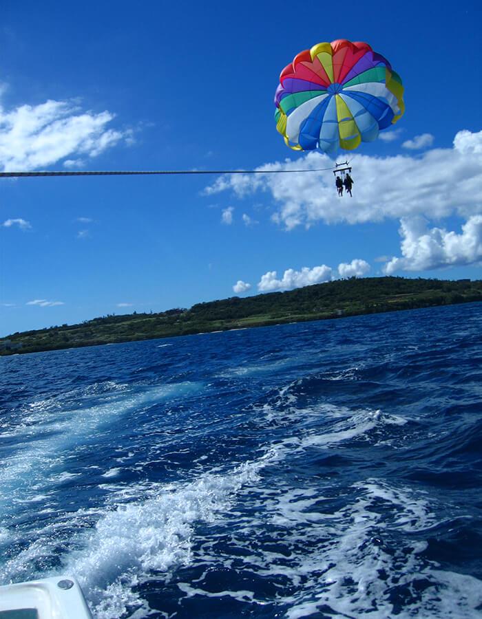 パラセールで潮風を感じながら青い海を空から眺めよう