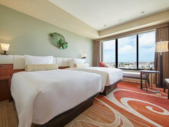 以「感受沖繩的風與水」為設計概念,營造出色調鮮豔的舒適空間。