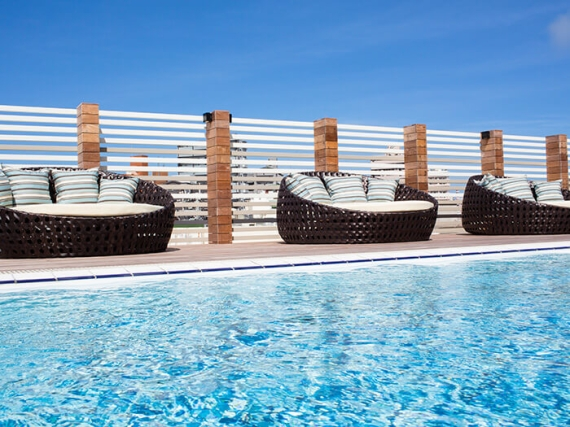位於飯店3樓的室外泳池,可以讓您一邊沐浴在沖繩溫暖的陽光下,一邊優雅地享受戲水樂。 ※限入住客人專用/免費 ※営業期間:3月~11月