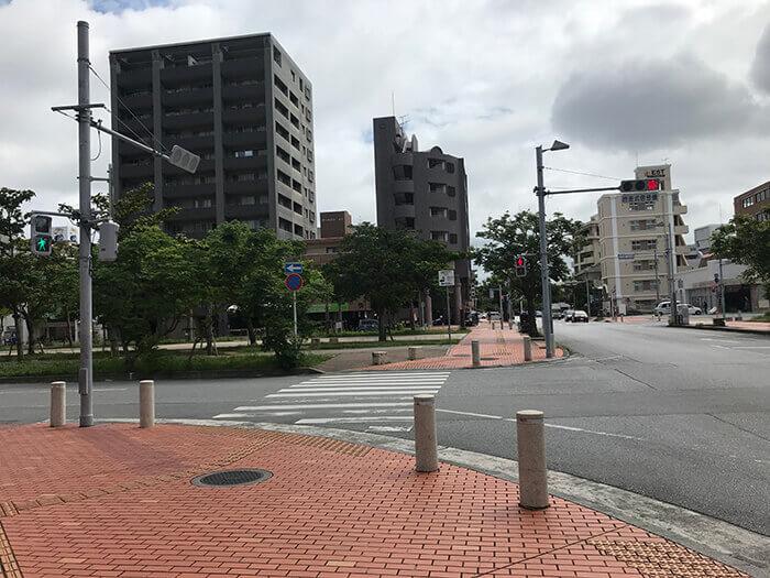 訪問方法2: 直走這條街,直到看到San-A NAHA Main Place。然後右轉。
