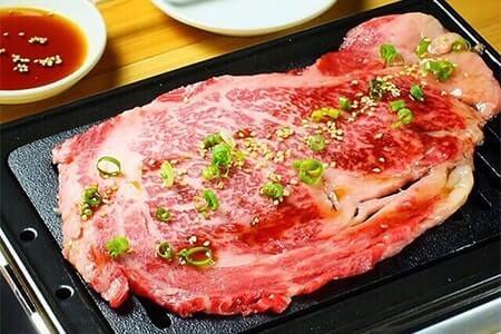 產地新鮮高品質和牛直接送入嘴裡,享受大口吃肉的快感。