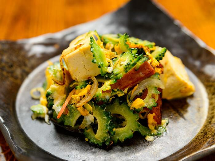 沖繩熱炒的經典名菜「沖繩炒苦瓜」