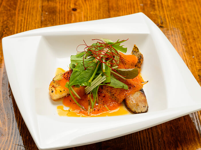 A luxurious dish that uses Okinawan fish and rich sea urchin sauce.