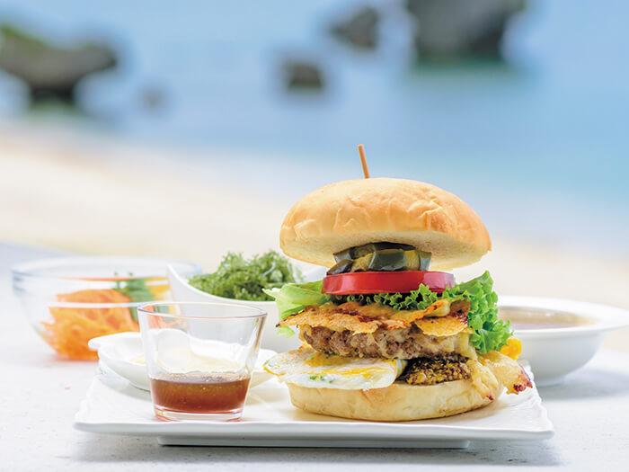 使用新鮮時令食材製作的漢堡,當您大口咬下時,漢堡排的美味香氣就在味蕾上擴散,對映眼前的海天一色