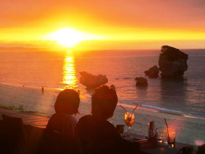 夏日奇蹟般的晚霞,彷彿連空氣都染成朱紅色,在如此美好的氣氛中享受晚餐時光。