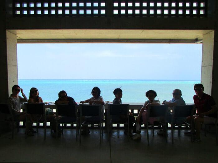 坐在可觀海景的吧檯前,目光所及淨是蔚藍的東海。這裡不是無邊際泳池,而是無邊際咖啡館哦!