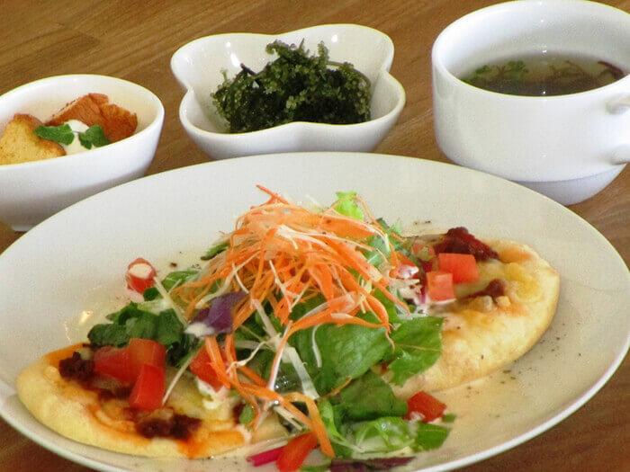好好享受島蔬菜沙拉墨西哥披薩及食彩披薩的熱溶牽絲起司