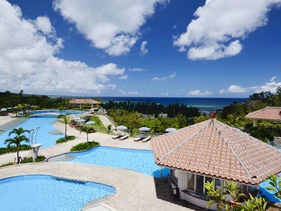 坐擁沖繩最大規模、全長170公尺的花園泳池。