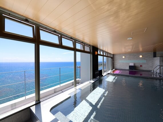 Enjoy the spectacular view of East China Sea from the public bath on the top floor of the annex building.