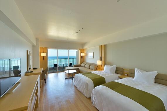 海洋雙床雙人房擁有50平方公尺的寬敞空間。 以白色為基調的自然風格,更加凸顯出房內遠眺伊江島的絕佳美景。