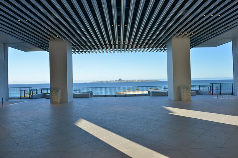 エントランス:目の前には「快水浴場百選」に選ばれたエメラルドビーチが広がる