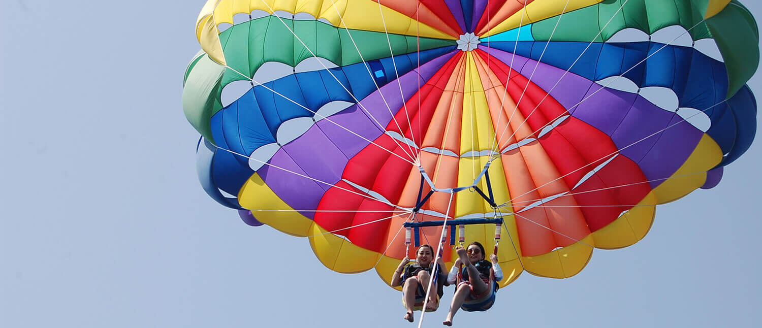 Enjoy the Okinawan ocean from above with parasailing, an exciting marine activity. Try it out at Cosmo Outdoor Club!