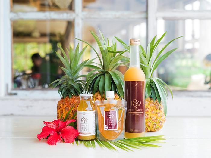 在沖繩縣本島上的自家農場裡,除了栽培鳳梨外,其他還生產、加工、販賣島蔬菜和自有品種的花「Churara」等農產品。