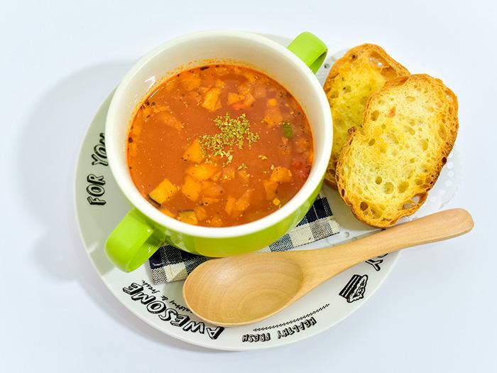喝起來暖暖的湯品套餐還附大蒜麵包,可以填填肚子喔!