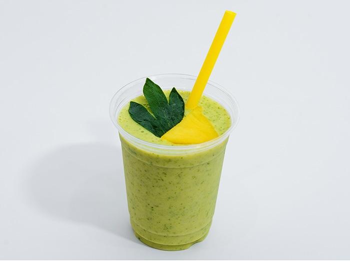 琉球藥草蔬果昔最人氣。在沖繩本土的藥草中加入鳳梨等水果,更容易飲用。