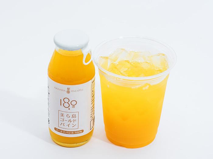 將日本國內稀有品種的「黃金鳳梨」整顆打成百分百的原汁,無使用任何保存劑、著色劑、甘味劑、防腐劑等,是原汁原味的沖繩縣產鳳梨汁。