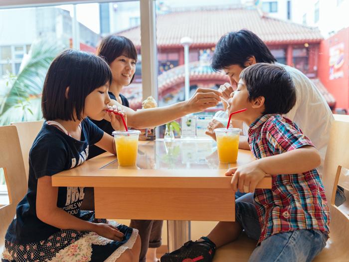 在國際通散步時,何不來杯沖繩縣產水果與蔬菜做成的自家蔬果昔,讓身心都獲得紓解呢!