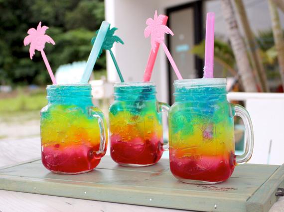 閃亮如彩虹般、色彩繽紛的果凍,和舒暢爽口的汽水形成一道清爽的甜點。果凍含有豐富的膠原蛋白,是一道可以美肌的甜點喔!