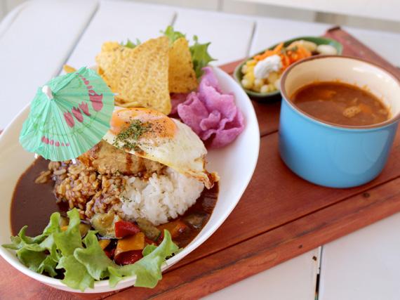 一天限定10份的「山原豬夏威夷米飯漢堡丼」,在山原豬漢堡上加入半熟煎蛋,並與自家製的多明格拉斯醬形成絕妙搭配。